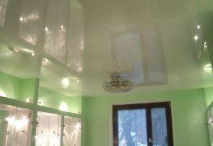 Правильно красим поверхность потолка